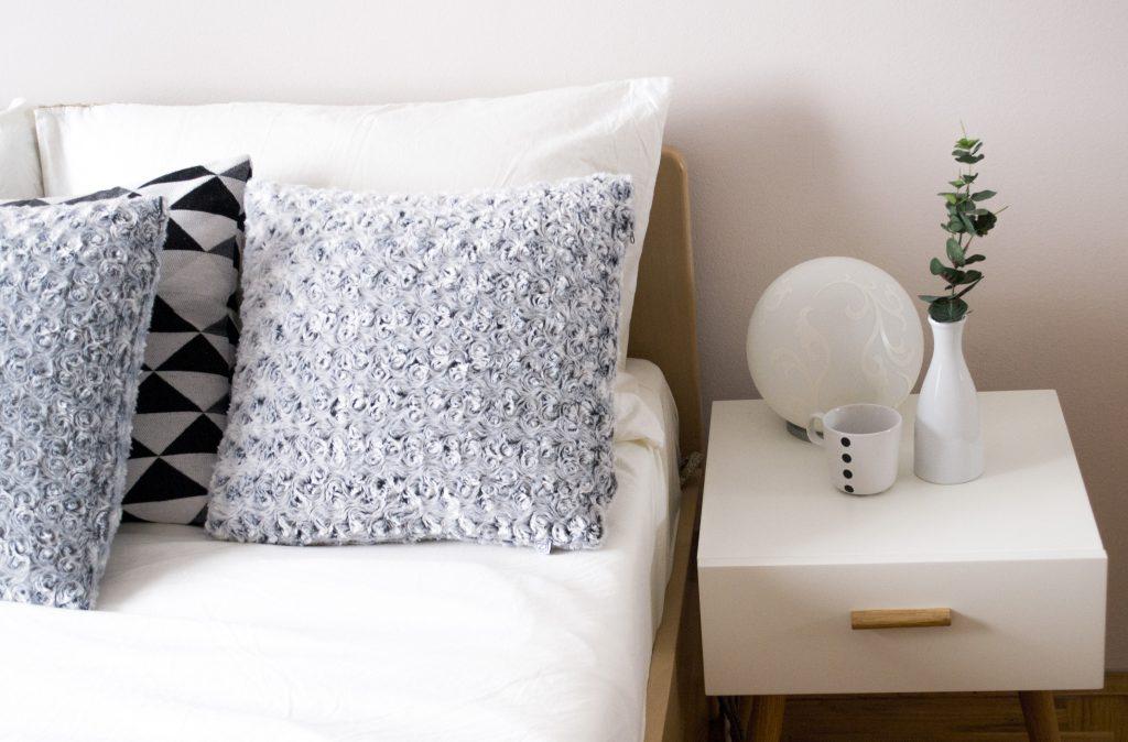 Sengebord og sengelampe
